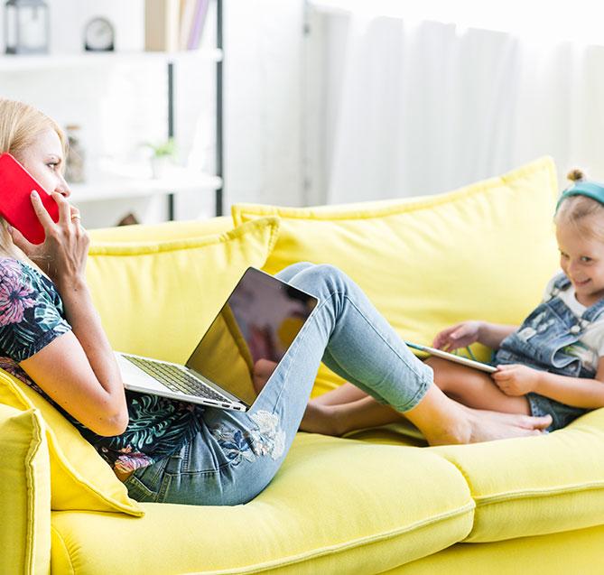 Moeder en dochter met behulp van Nordisk TV Box